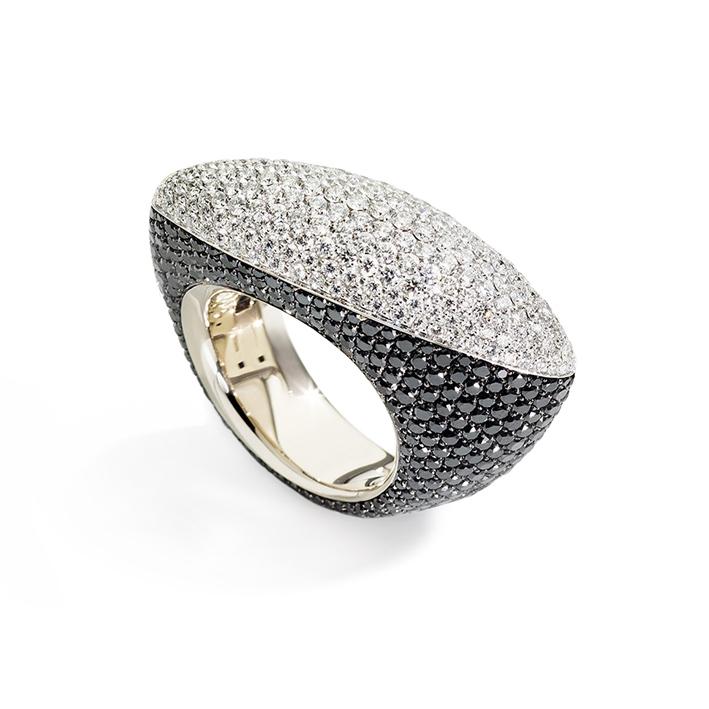 Anello in oro bianco e Diamanti bianchi sopra e neri intorno