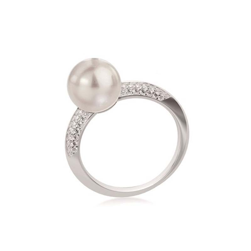 White gold ring with pearl and diamonds