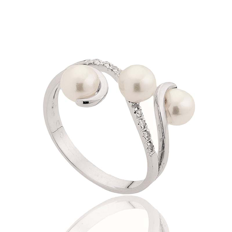 White gold ring with pearls and diamonds