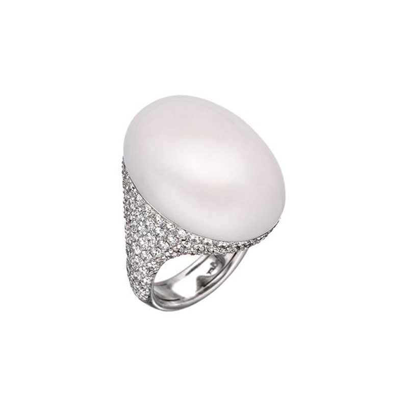 Ring set in white gold, white coral and diamonds pavé